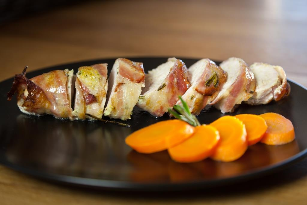Baconsurret kylling med sennep og urter